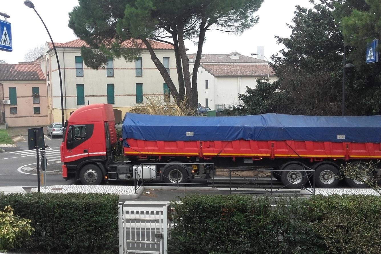 Este_castello_camion_via Martiri Libertà_legambiente
