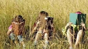 Bambini intenti nella lettura