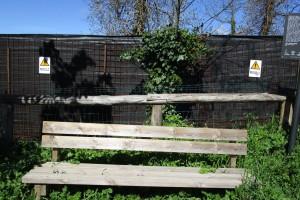 Targa, panchina e recinzione Cropped